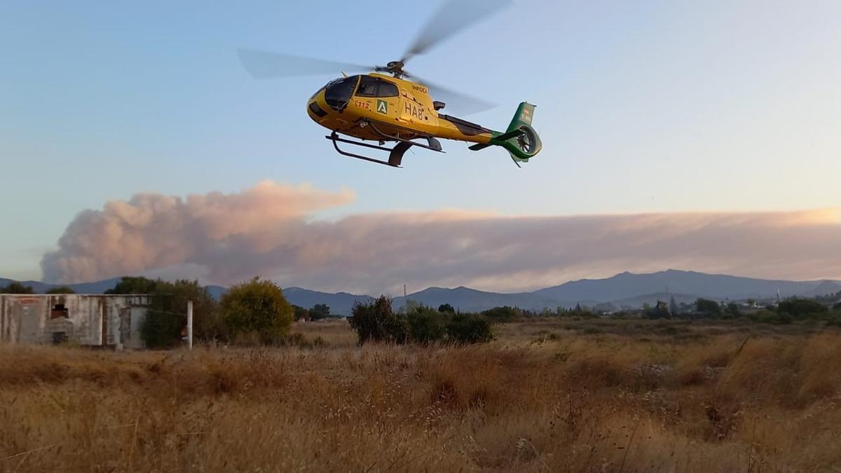 Un helicóptero en las labores contra el fuego en Sierra Bermeja / PLAN INFOCA