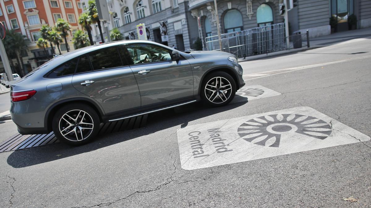Un coche sobre el distintivo de Madrid Central en Madrid (España), a 27 de julio de 2020.
