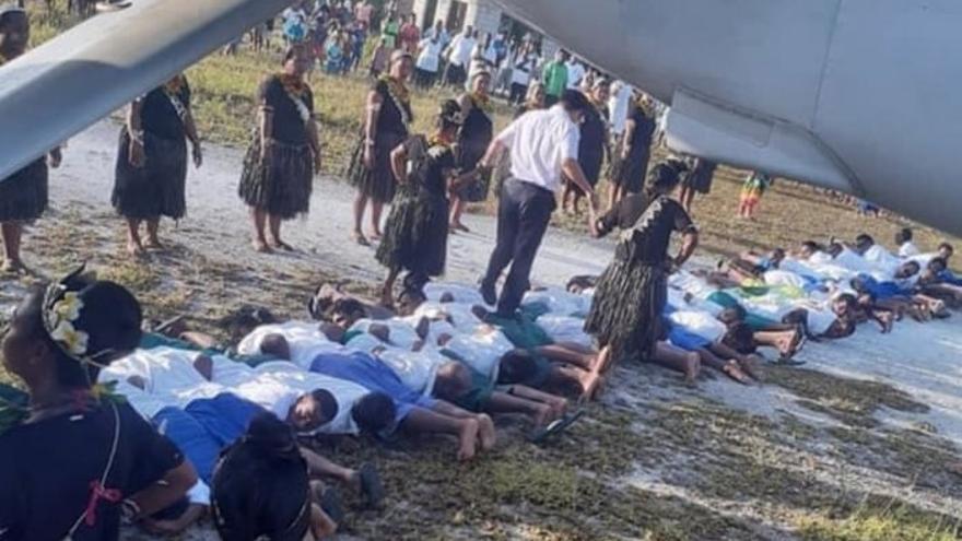 ¿Humillación o autodeterminación cultural? El embajador chino camina sobre las espaldas de un grupo de hombres de Kiribati