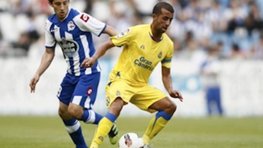 David González controla el balón en presencia de Guardado. (udlaspalmas.es)