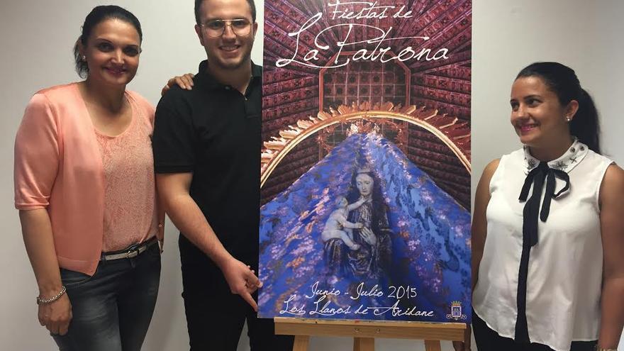 En la imagen, la alcaldesa, el autor del cartel anunciador de La Patrona 2015 y la concejal de Fiestas.