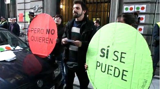 Activistas leyendo un manifiesto en Serrano Anguita | Captura de vídeo