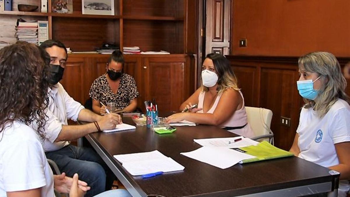 Reunión de los concejales laguneros con miembros de Médicos del Mundo