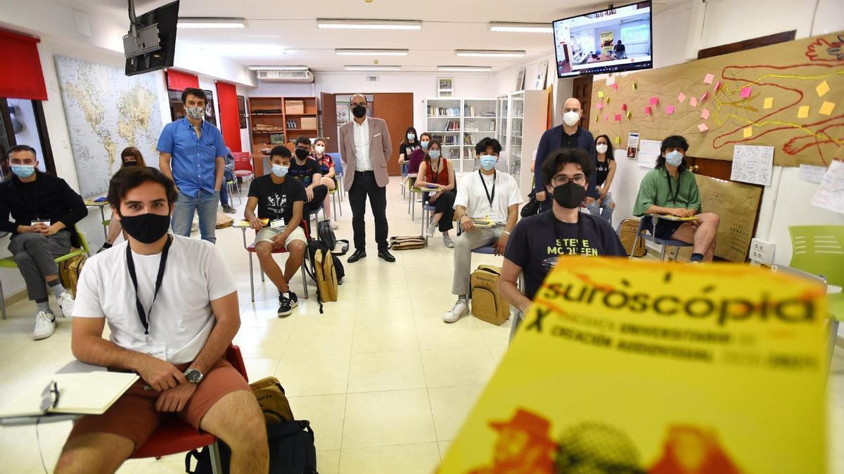 Alumnos de Suroscopia con responsables universitarios