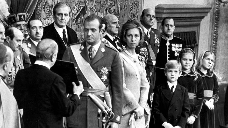 El rey jura las Leyes Fundamentales el 22 de noviembre de 1975. En una segunda fila se ve a Alfonso Armada. Foto: Luis Millán / EFE