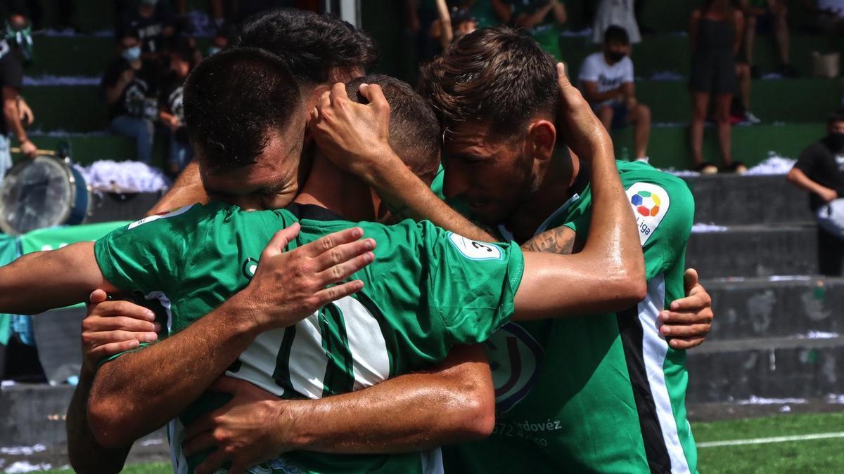 Los jugadores del Paso, celebrando su triunfo frente al Santa Úrsula