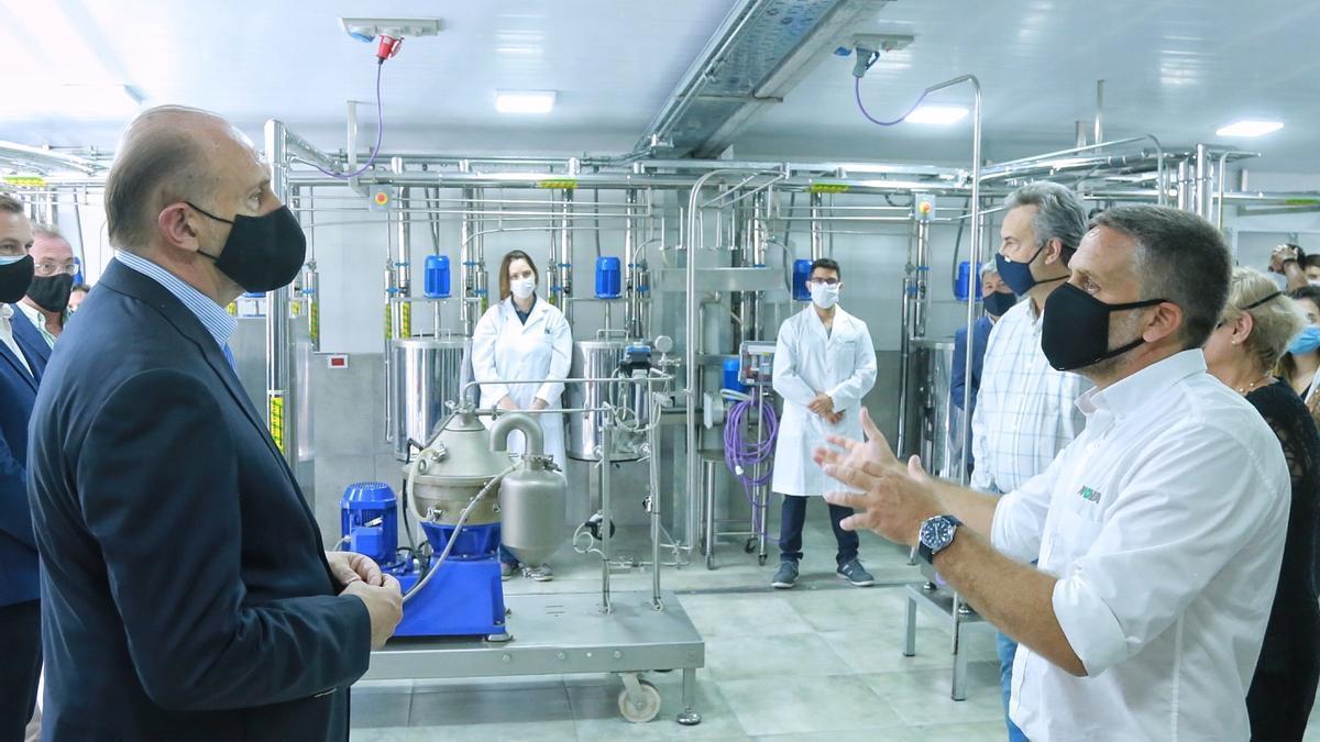 El gobernador de Santa Fe, Omar Perotti, en la reciente inauguración de un laboratorio de enzimas de la empresa Nova.