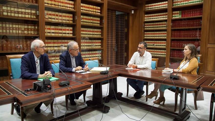 La diputada nacional de Ciudadanos por Santa Cruz de Tenerife, Melisa Rodríguez (d) y el portavoz autonómico de Ciudadanos en Canarias, Mariano Cejas (2d), en una reunión con el Comisionado de Transparencia y Acceso a la Información Pública de Canarias, Daniel Cerdán (2i) en el Parlamento de Canarias