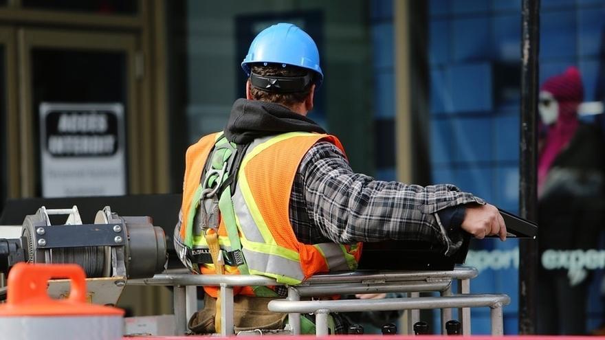 Imagen de archivo de un operario de la construcción.