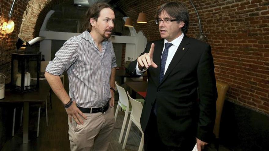 """Iglesias traslada a Puigdemont su apoyo al """"derecho a decidir"""" en Cataluña"""