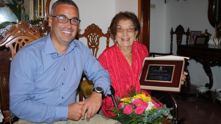 Doña Amanda Pol García con el alcalde de Santa Cruz de La Palma, Sergio Matos.