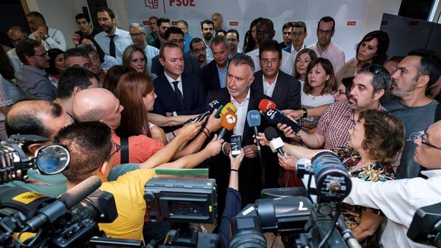 El secretario general del PSOE, Ángel Víctor Torres junto a varios miembros del PSOE de Canarias (c).