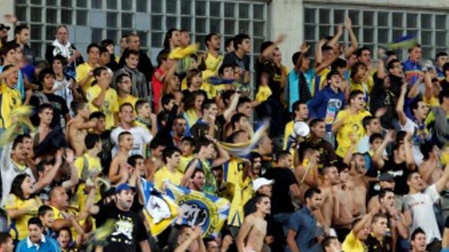Los aficionados amarillos animando en el partido contra el Rayo Vallecano. (ACFI PRESS)
