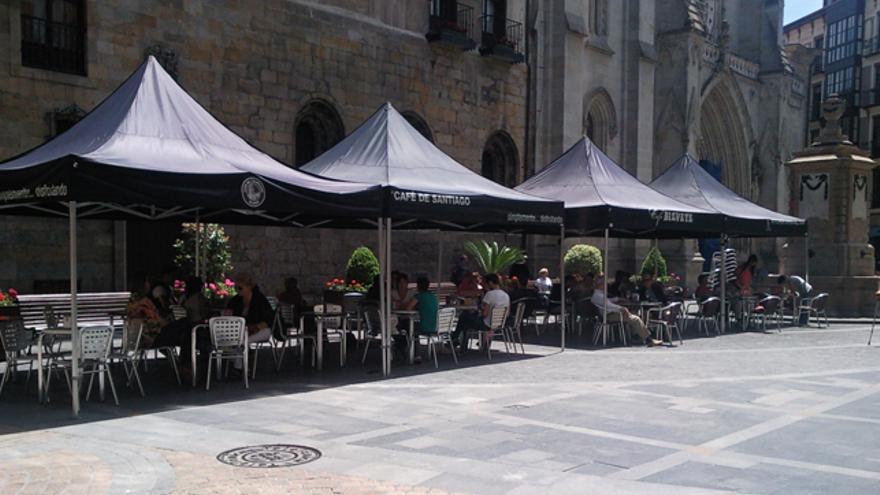 Las terrazas tapan la visión de la fachada de la catedral de Santiago. /Asoc. de vecinos del Casco Viejo