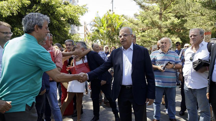 Casimiro Curbelo, a su llegada al reloj de flores del parque García Sanabria, en la capital tinerfeña