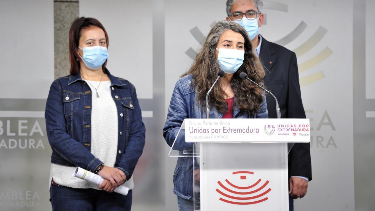 Irene de Miguel explica las propuestas y tras ella Lorena Rodríguez y Joaquín Macías