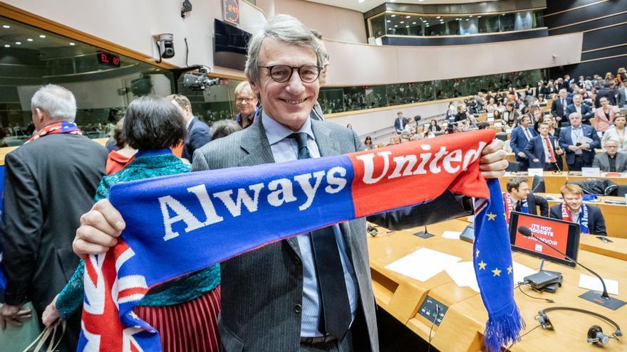 El presidente del Parlamento Europeo, David Sassoli, sostiene una bufanda con el lema 'siempre juntos' durante la votación de este miércoles en el Parlamento Europeo sobre el acuerdo del Brexit.