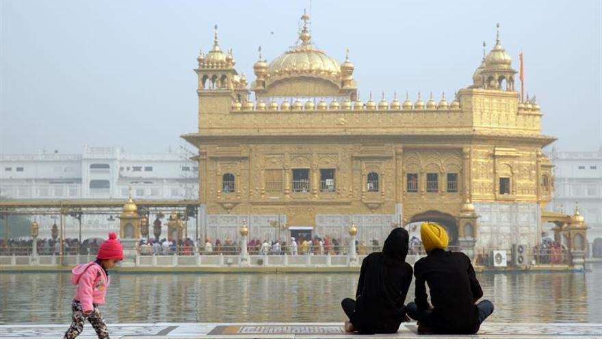 Rezos y dulces en India para celebrar el nacimiento del creador del sijismo