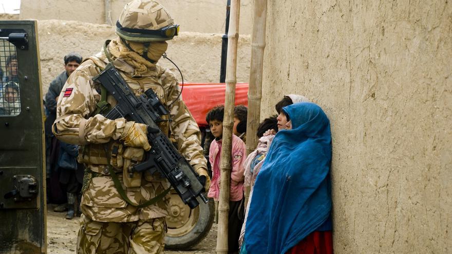Un soldado británico mira a unas niñas en una patrulla en Lashkar Gah, Afganistán, en 2008.
