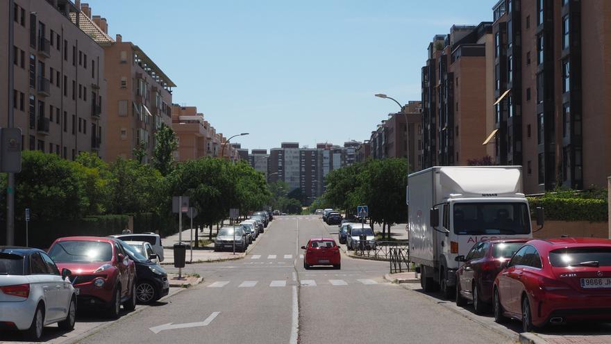 Las anchas avenidas en los PAUs son sinónimo de 'cochedependencia'