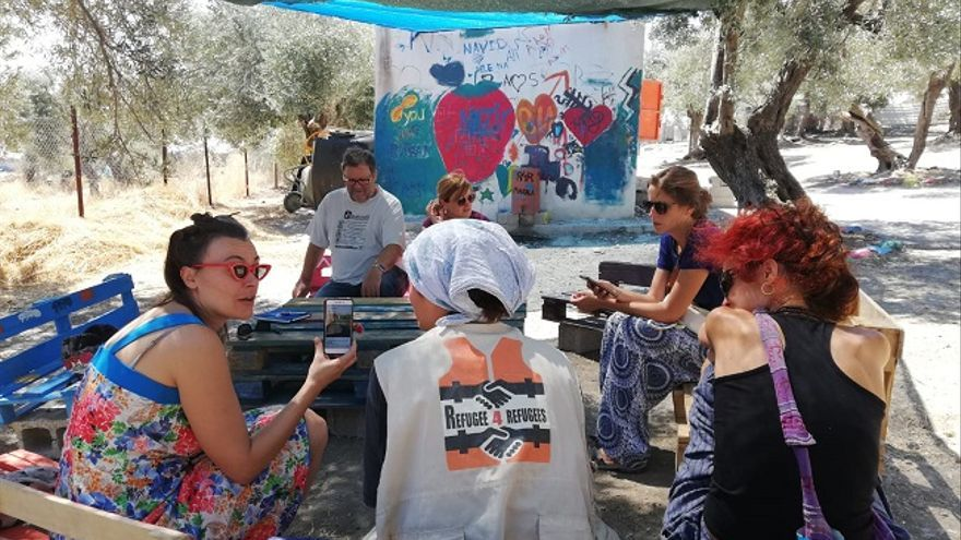 Miembros de la asociación Amigos de Ritsona hablando con integrantes de Refugee 4 Refugees
