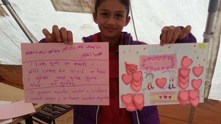 Foto Isaac Pérez 1: Foto de la niña siria Aber (10 años) con el dibujo/mensaje que ha mandado por mail a los alumnos del CEIP Huerta Retiro de Mairena del Alcor (Sevilla).