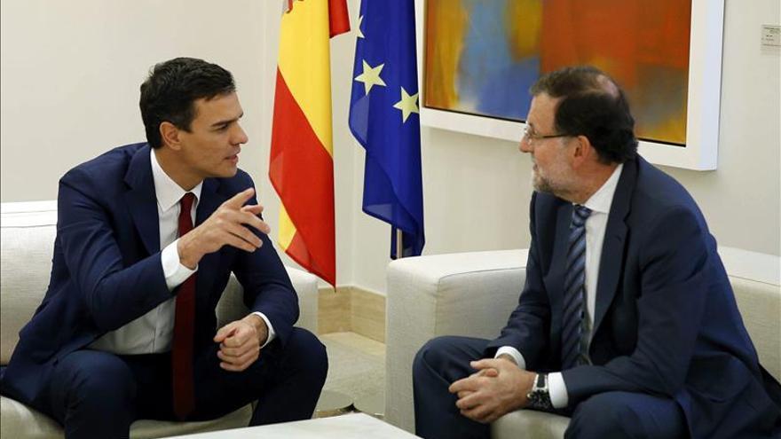 Sánchez pide a Rajoy buscar una salida política a Cataluña tras los comicios