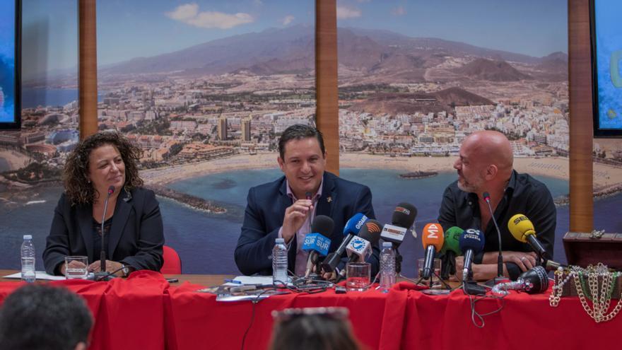 José Julián Mena, alcalde de Arona (centro), con la concejala de Fiestas, Pura Martín Pérez, y el vocalista de Ni 1 Pelo de Tonto, David Amador, este lunes