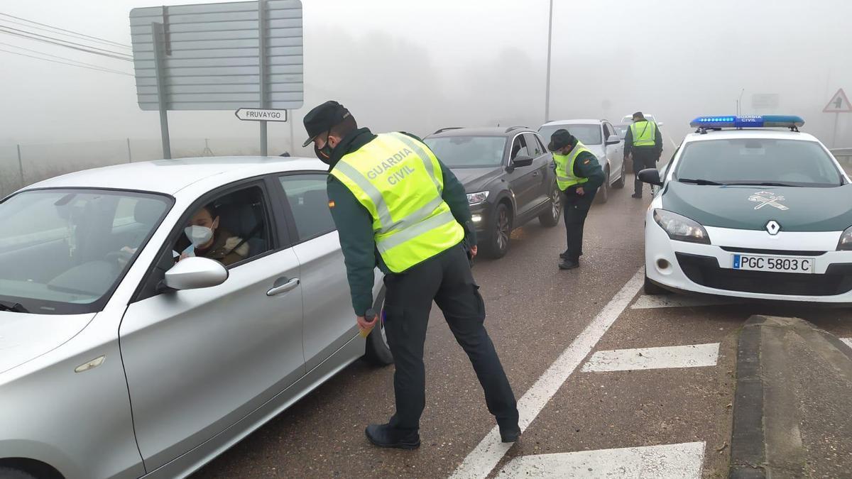 Control de la Guardia Civil en la salida de la ciudad de Badajoz. Imagen de archivo