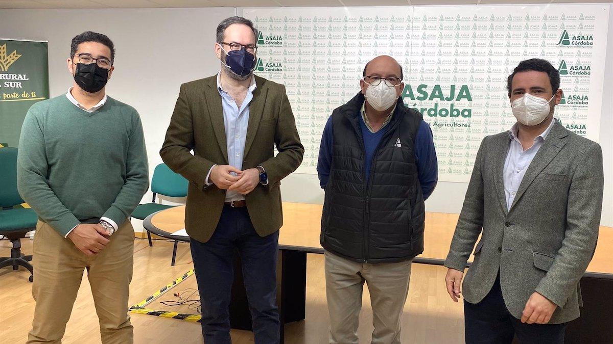 Representantes de Asaja y el PP tras la reunión.