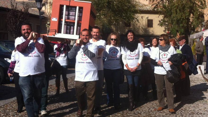 Vecinos de Azuqueca de Henares entregan a Cospedal una maqueta del centro de salud que les ha eliminado / Foto: Ayuntamiento de Azuqueca