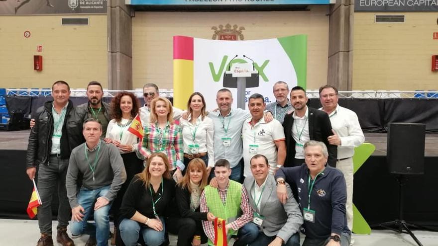 Imagen de Vox Elche en campaña en abril de 2019 con Amparo Cerdá en el centro junto con José María Mazón, a su derecha, que la coge del hombro.