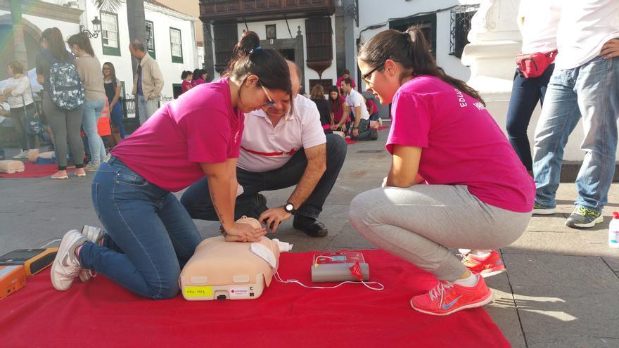 Dos alumnas del IES Cándido Marante realizan una reanimación cardiopulmonar. Foto: LUZ RODRÍGUEZ.