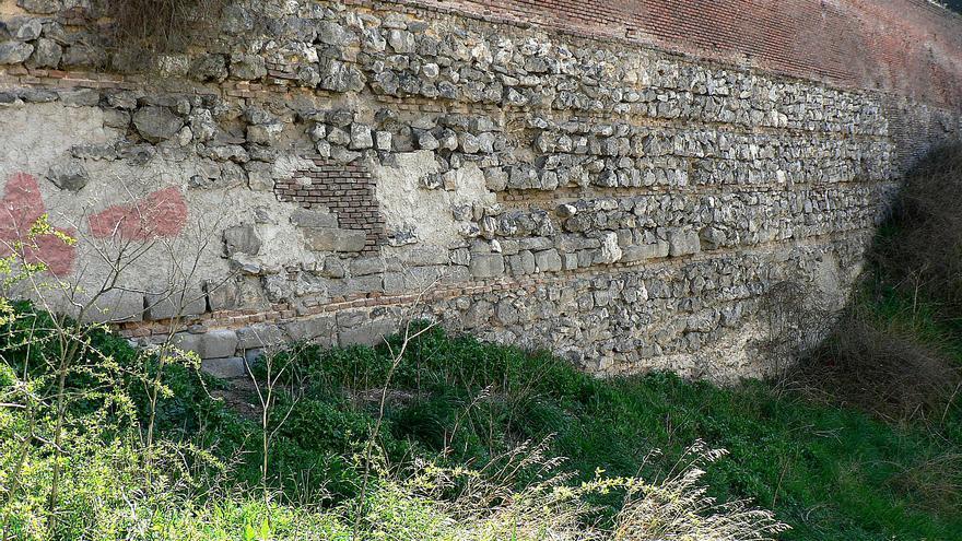 Restos de la Real Cerca de Felipe IV que limita el jardín del Seminario. \ Vicente Patón