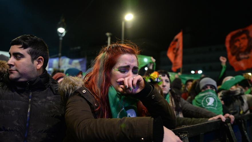 Miles de mujeres mantenían una vigilia frente al Senado durante el debate sobre la ley del aborto.