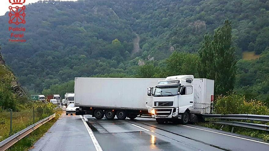 Cortada la A-15 en sentido norte tras sufrir un camión una salida de la vía y quedar bloqueando la carretera
