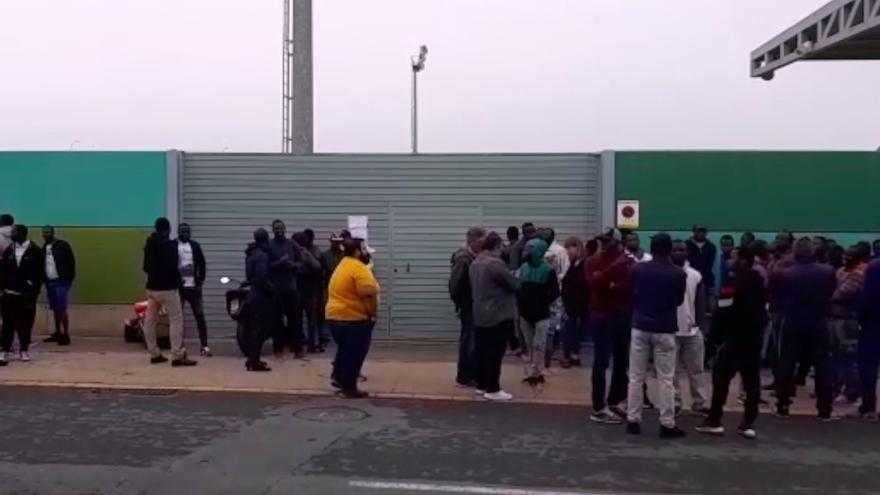 Los inmigrantes que apoyan a los acogidos, concentrados a las puertas del estadio.