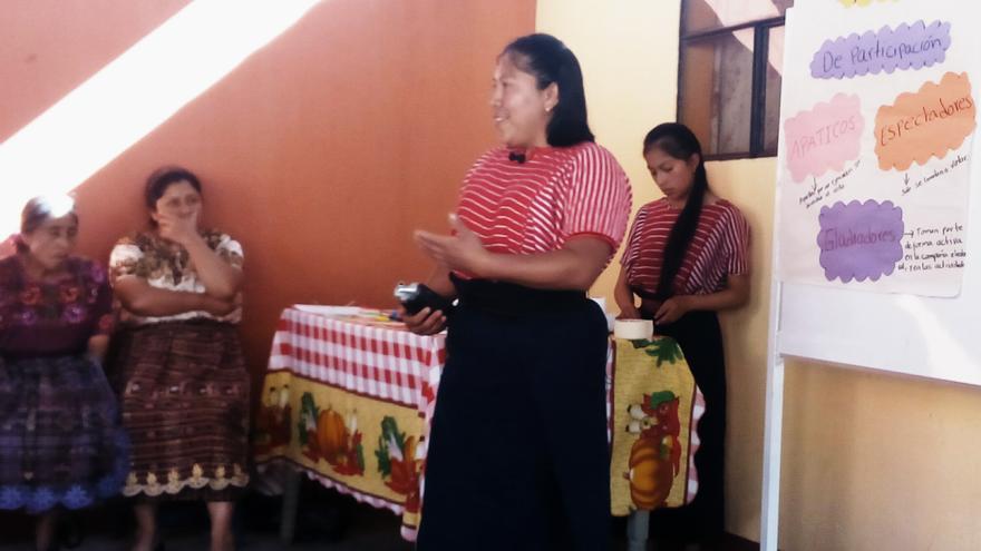 Miriam Macario en su intervención con el grupo de mujeres de Olintepeque, que ella preside./J.F.