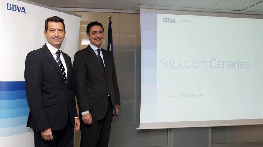 El jefe de Economías Desarrolladas de BBVA Research, Rafael Doménech (i), y el director territorial de BBVA en Canarias, Fernando Alonso (d). EFE/Elvira Urquijo A.