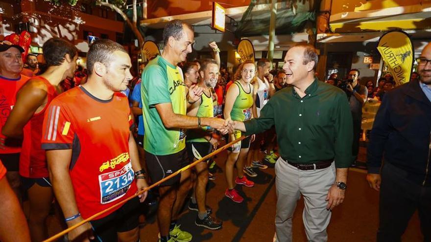 El alcalde de Las Palmas de Gran Canaria saluda a los corredores de LPA Night Run