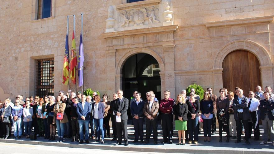 La concentración celebrada a las puertas del ayuntamiento de Llíria con motivo del último asesinato