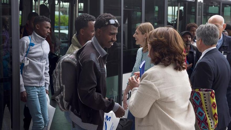 Refugiados procedentes de Italia, a su llegada hoy a España dentro del programa comunitario de reubicación.