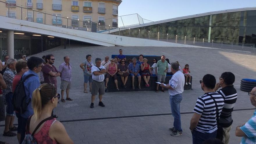Vecinos de Las Torres de Cotillas reunidos en la plaza de su Ayuntamiento ante las presuntas irregularidades en el cobro del IBI