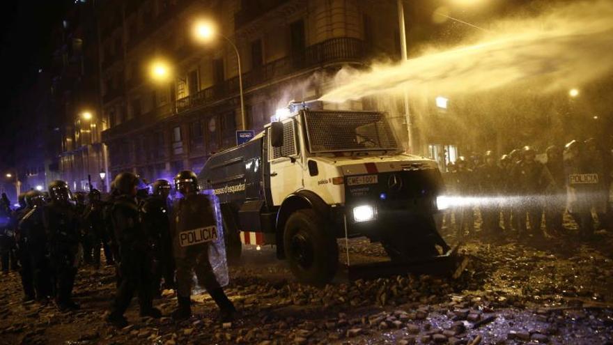 Los Mossos entran en Via Laietana con la tanqueta de agua para abrirse paso
