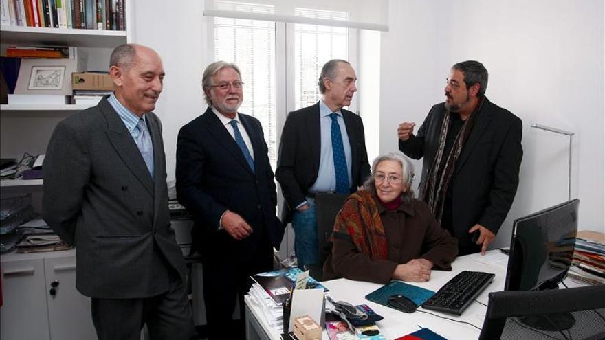 Un poema impreso y pintado en una servilleta de tela, Premio Francisco Pino