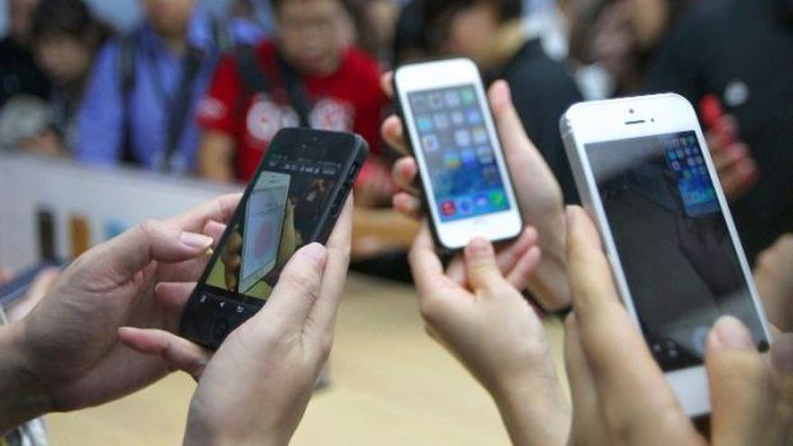 La producción de móviles inteligentes suponen altas emisiones de CO2.