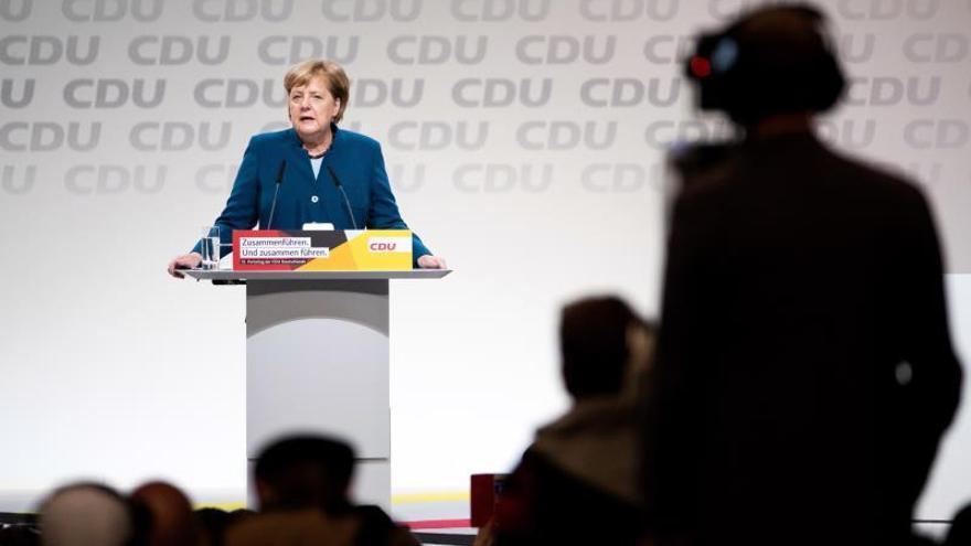 Merkel pide cohesión y defiende el centrismo al despedirse como líder de CDU