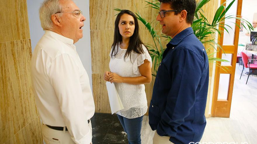 Emilio Aumente habla con Pedro García en presencia de Carmen González | MADERO CUBERO