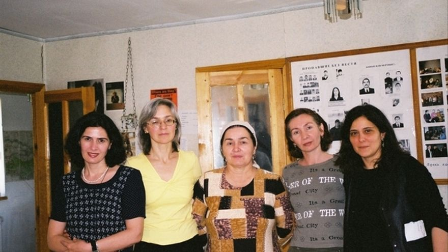 Anna Politkovskaya (segunda por la izquierda) con defensoras chechenas de los derechos humanos y una investigadora de Amnistía Internacional. © Amnistía Internacional