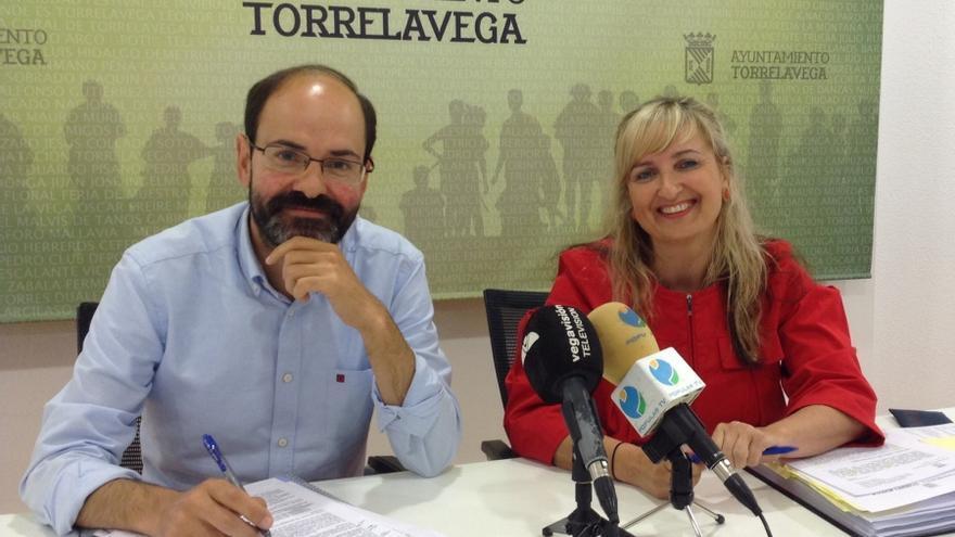 El concejal de Recursos Humanos y Medio Ambiente del Ayto. de Torrelavega, José Luis Urraca; y la gerente de la Agencia de Desarrollo Local, Engracia Mantecón
